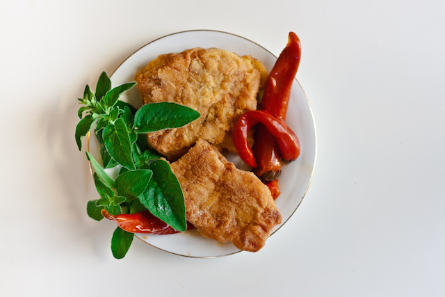 kaboompics.com_Fried fish with chili pepper and mint