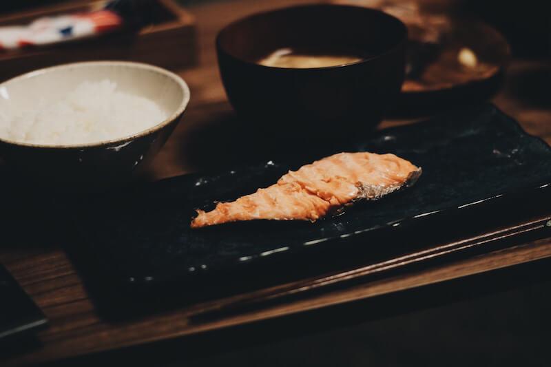 電子レンジで魚を焼けるニトリの魔法のお皿は魚を柔らかく焼ける(らしい)よ。