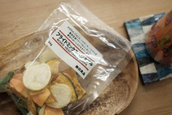 深夜だというのに無印良品のチップススナック「フライドミックスベジタブル」の優しい野菜の味を堪能
