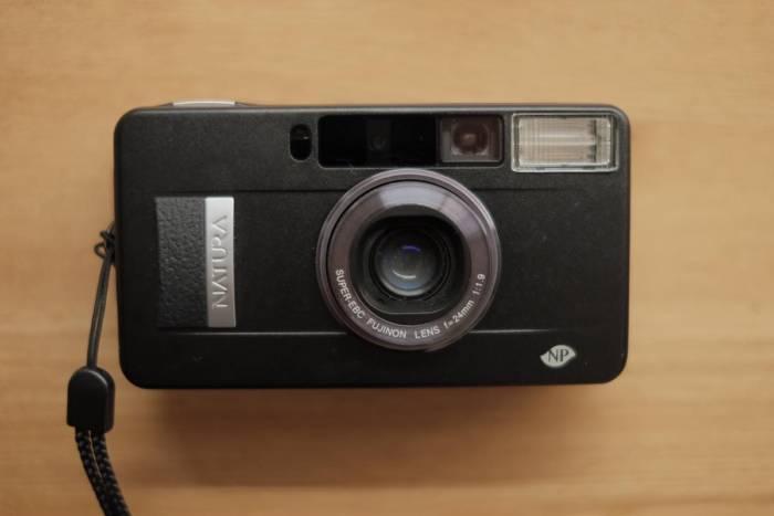FUJIFILMのコンパクトカメラ「NATURA BLACK F1.9」を借りました