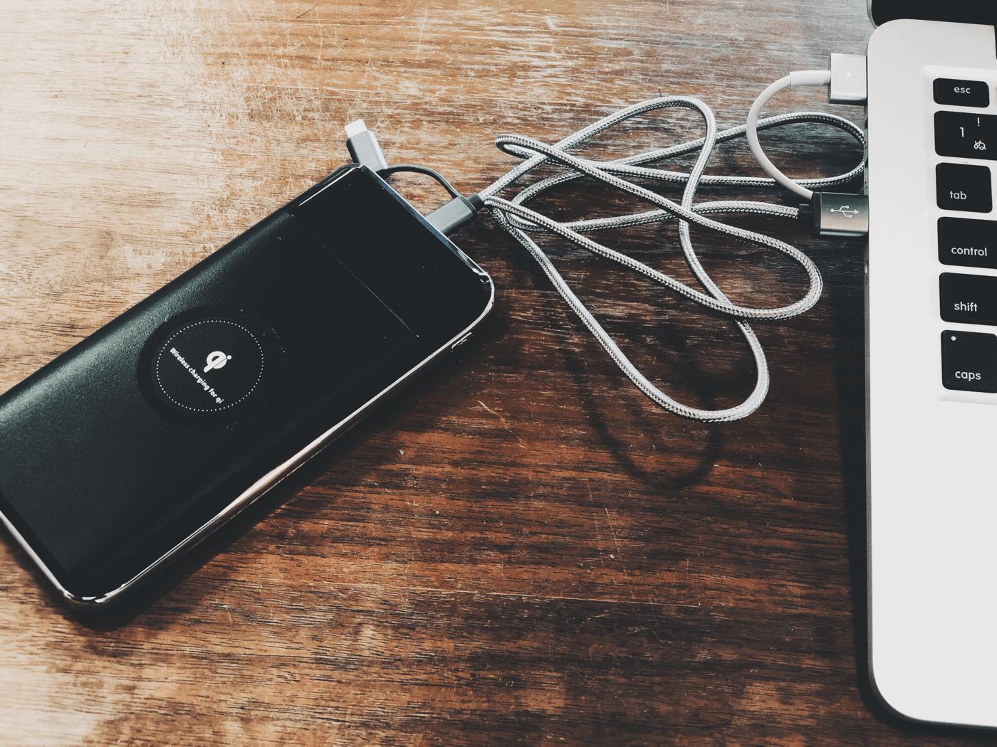 ケーブルだらけだったのをライトニングとmicro USBの2in1 ケーブルにしたら解決