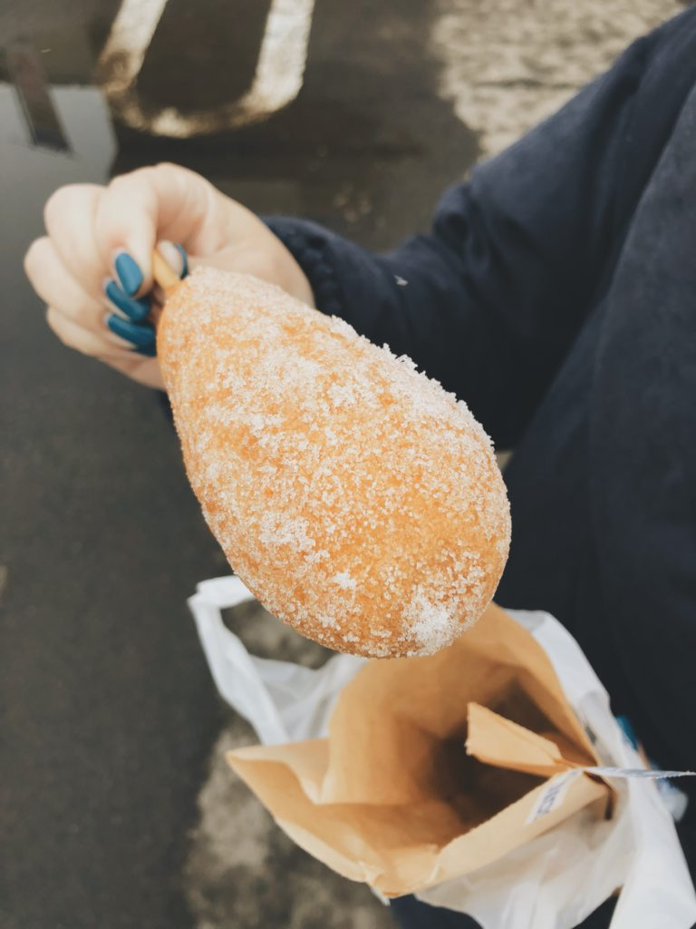 北海道のビッグアメリカンドッグは砂糖かけて食べるよ