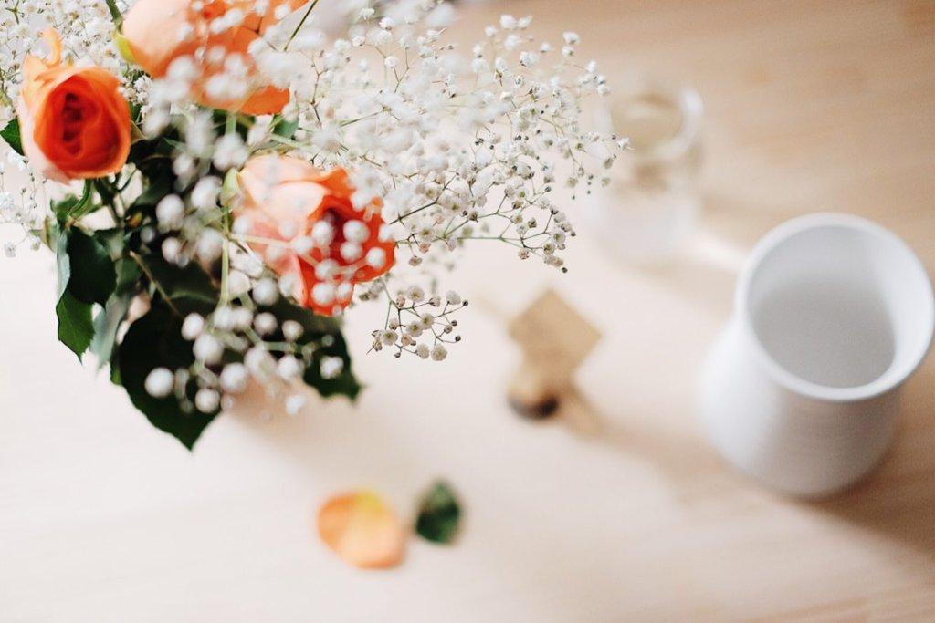 バラとかすみ草と新しい花瓶